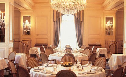 The Peninsula Hong Kong dining room classic decor chandeliers floral arrangements