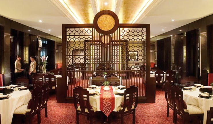 Ritz Carlton Kuala Lumpur restaurant traditional Chinese décor tables chairs