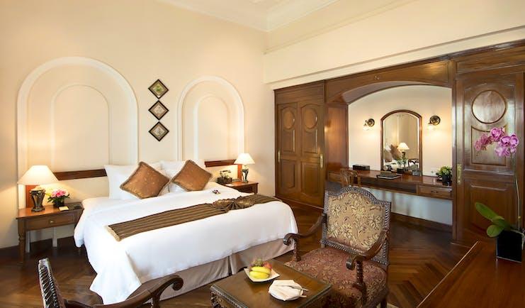 Majestic Hotel Saigon coloniol deluxe guestroom, double bed, wardrobe, colonial style decor