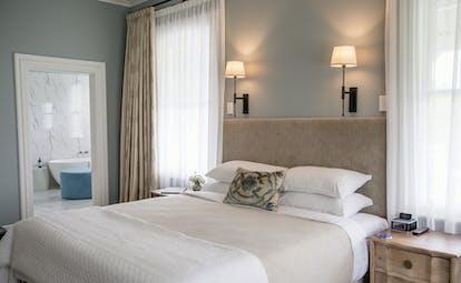 Marlborough Lodge Blenheim and Marlborough lodge bedroom  with view to bathroom