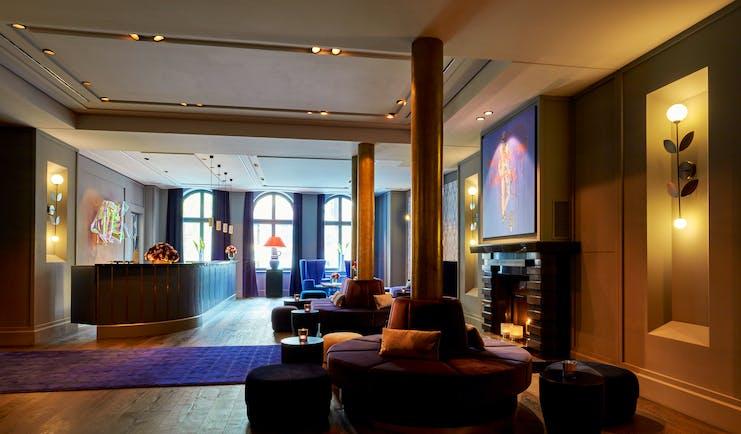 Tortue Hamburg lobby, velvet chairs and foot stalls, pine wood floors, open fire