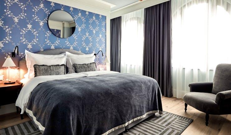 Tortue Hamburg medium room, double bed, elegant decor, wooden floors, grey velvet armchair