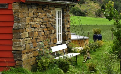 292 Aurland red wood and stone cabin with bench