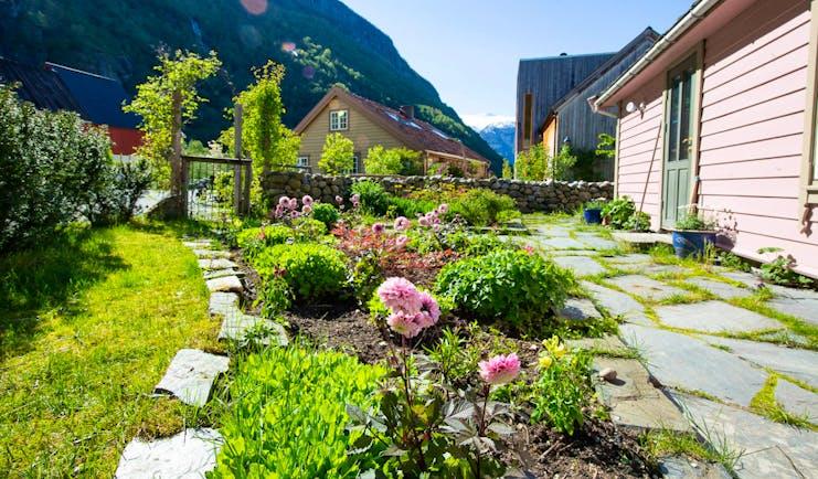 292 Aurland pink wooden cabin and garden
