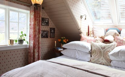 292 Aurland bedroom with white bed and red curtains