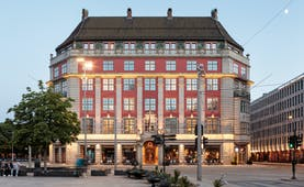 Amerikalinjen hotel exterior with red facade and lights