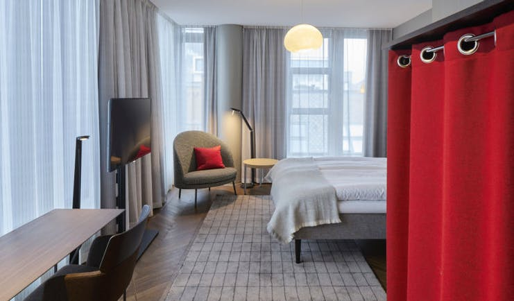 Deluxe room with grey and red curtain at Bergen Bors
