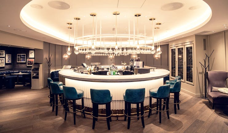 Hotel Continental Oslo round bar white with green stools