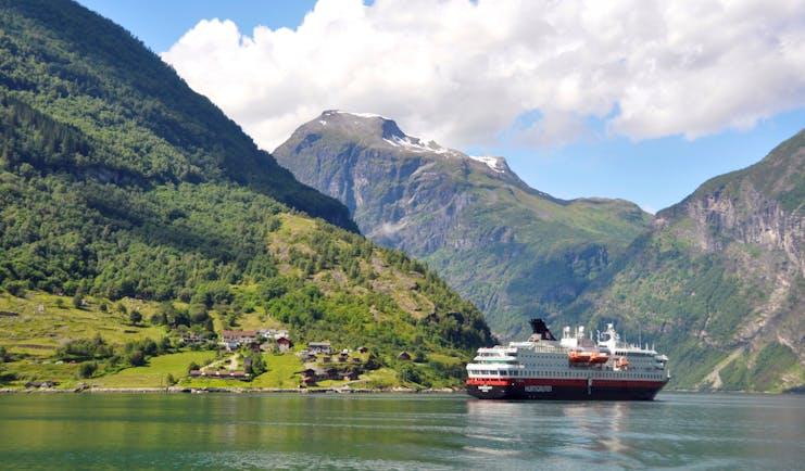 Hurtigruten MS Nordkapp Geirangerfjord HGR