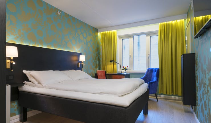 Thon Hotel Nidaros room with green walls and yellow curtains