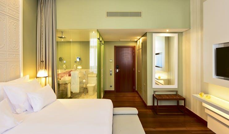 Pousada de Lisboa classic room, bed ensuite bathroom, green walls, light modern decor