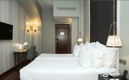 Pousada de Lisboa superior room, doible bed with white sheets and pillows, modern decor