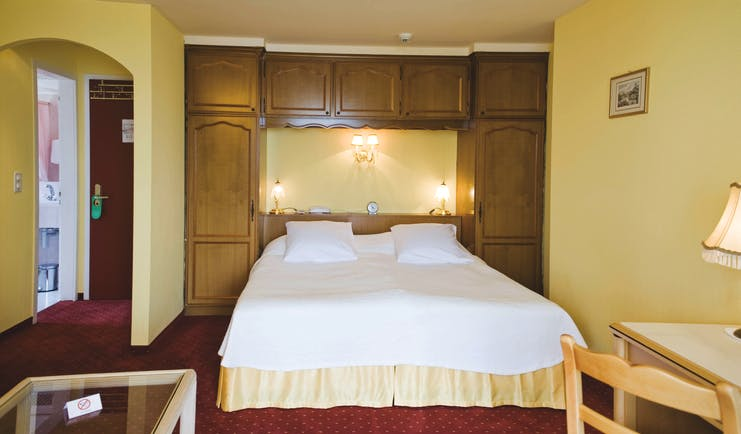 Hotel Wengenerhof guestroom, double bed, table, traditional decor