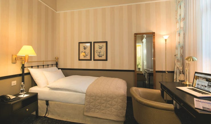 Hotel Ambassador a L'Opera guestroom, double bed, desk, chair, simple decor