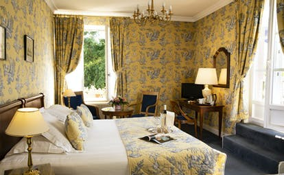 Chateau d'Isenbourg superior yellow and blue room