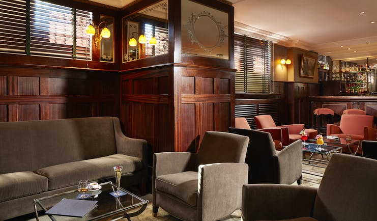 Hotel Regent Contades bar with cosy dark brown chairs and wooden panels