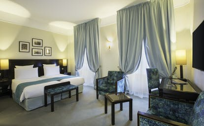 Hotel Regent Contades superior twin with pale blue curtains