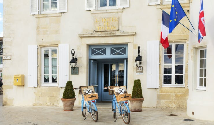 Hotel de Toiras front of building with blue bikes