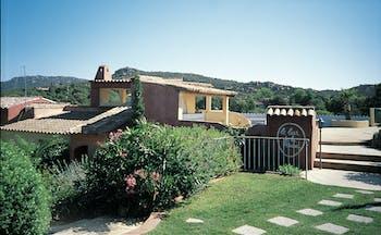 Hotel Roc e Fiori exterior, hotel building, gardens, green bushes
