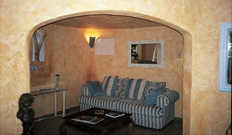 Hotel Roc e Fiori living area, sofa, coffee table