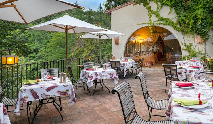Chateau de Riell dining outside