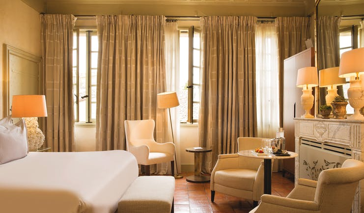 Maison d'Uzes room prestige bedroom with armchairs and a white fireplace