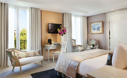 Deluxe bedroom with television, double bed and balcony