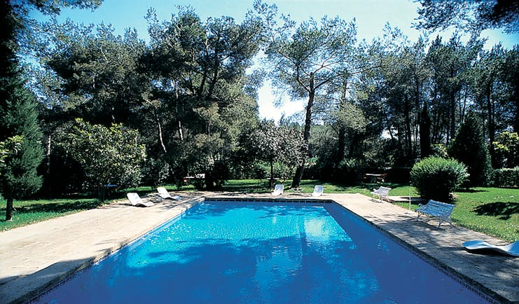 Auberge de Noves outdoor pool and loungers surrounded by trees