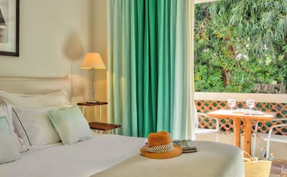 Room with green curtains and white walls at Pinede Plage