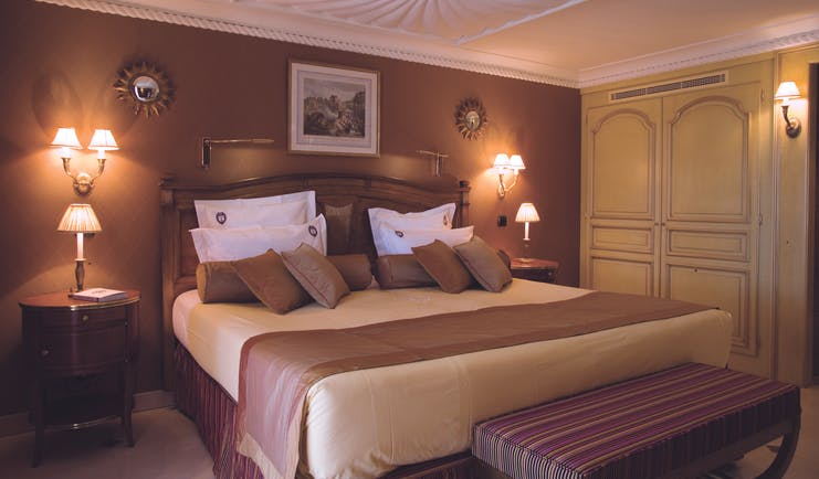 Le Club de Cavaliere Provence bedroom with two bedside tables and lamps