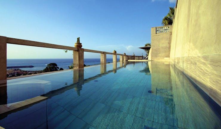 Villa Paola Calabria infinity pool overlooking the sea
