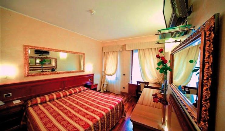 Hotel Giulietta e Romeo Verona guestroom double bed desk modern décor