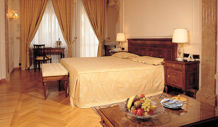 Villa Cortine Lake Garda superior room bed desk traditional décor