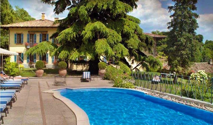 Villa Beccaris Piemonte pool terrace sun loungers gardens