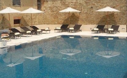 Relais San Maurizio Piemonte pool sun loungers umbrellas
