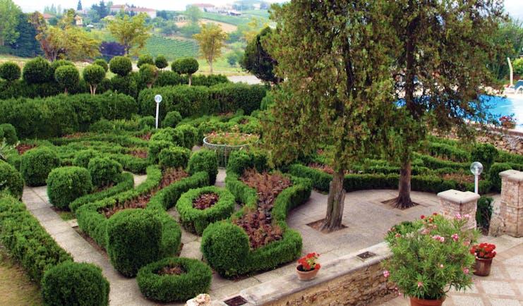 Relais Sant'Uffizio Piemonte gardens hedges shrubs patio