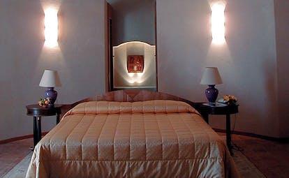 Relais Sant'Uffizio Piemonte guestroom double bed modern décor