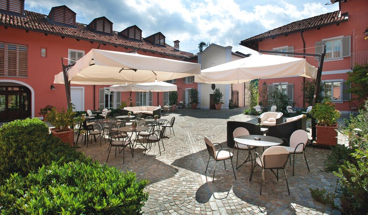 Relais Villa D' Amelia Piemonte courtyard outdoor dining