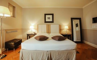 Villa D'Amelia Piemonte light coloured double bedroom with mirror