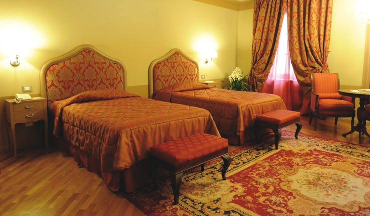 Hotel San Luca Palace twin room, two beds, traditional decor