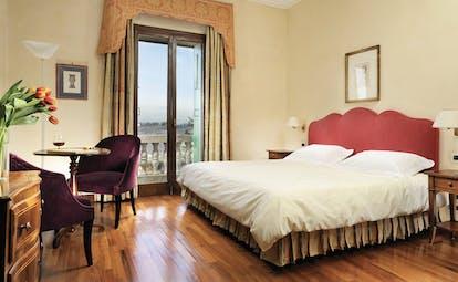 Villa Michelangelo Veneto deluxe room bed seating area stylish décor
