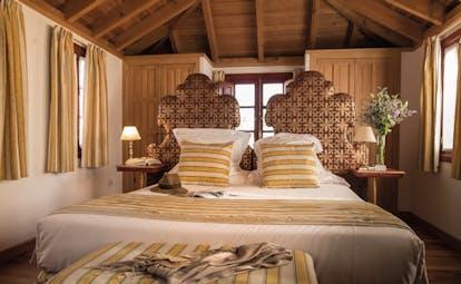 Las Casas de la Juderia Andalucia guest room bed wooden ceiling traditional décor