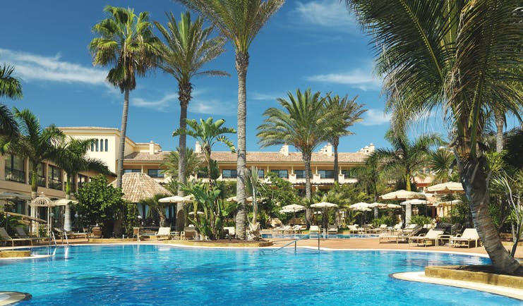 Gran Hotel Atlantis Bahia Fuerteventura pool sun loungers umbrellas palm trees