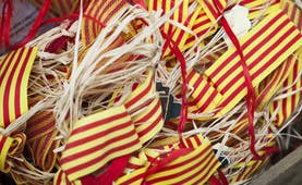 Stripes of yellow and red to represent the Catanlonian flag with straw