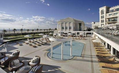 Las Arenas Balneario Valencia family pool sun loungers beach in background