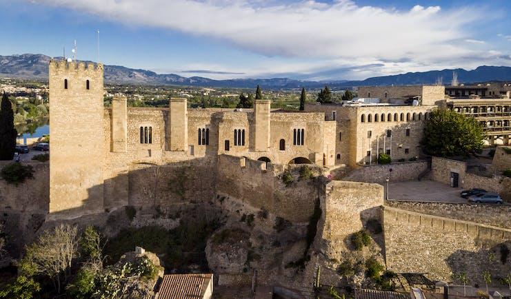 parador de tortosa exterior view of historic battlements