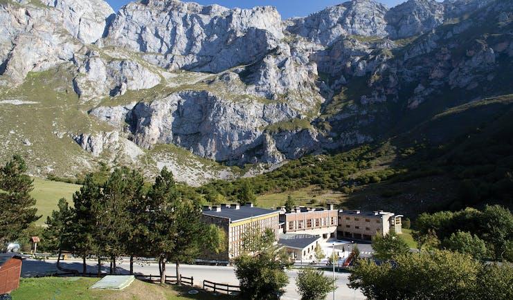 Parador de Fuente De Green Spain exterior hotel building at foot of mountains
