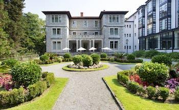 parador de limpias exterior, hotel building, gardens with lawns and shrubs, traditional architecture
