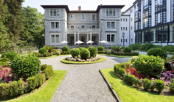 parador de limpias exterior, hotel building, gardens with lawns and shrubs, traditional architecture