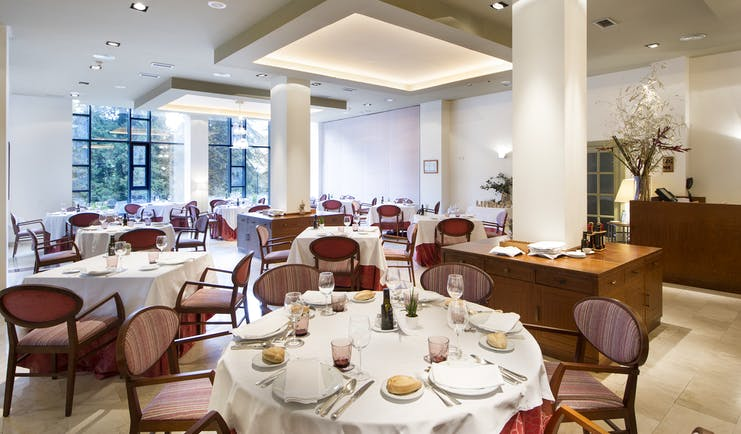 parador de limpias restaurant, dining tables, chairs, modern decor